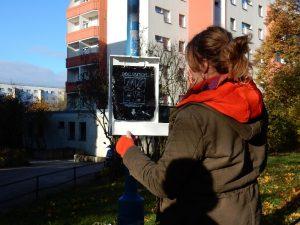 Julia Reuter demonstriert, wie die Tüten nachgefüllt werden.